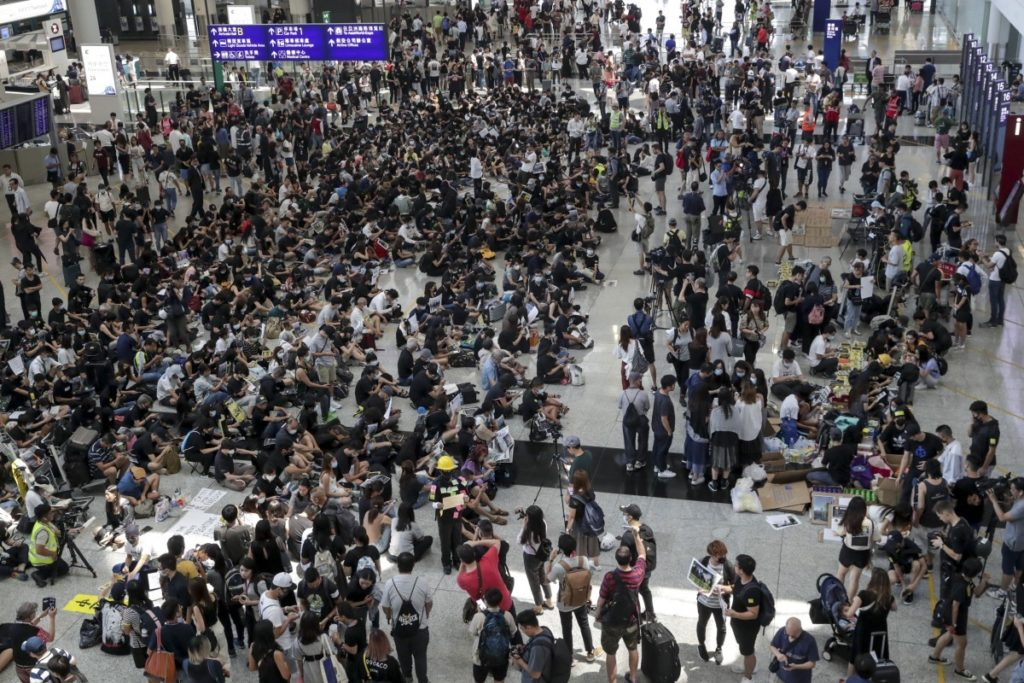 Hong Kong protesters off to seize the airport entry