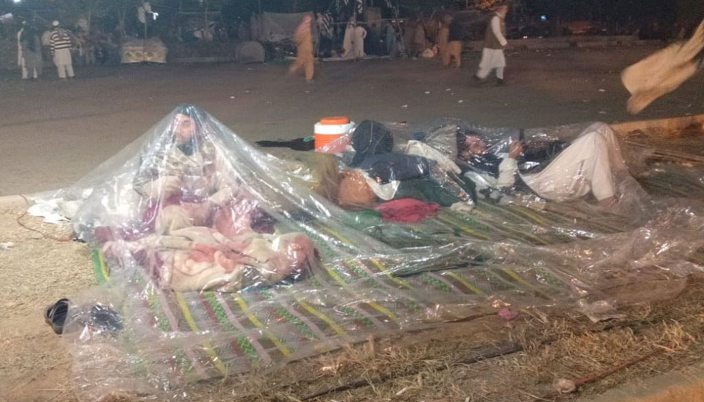 One casualty at Azadi march sit-in, rain in Islamabad