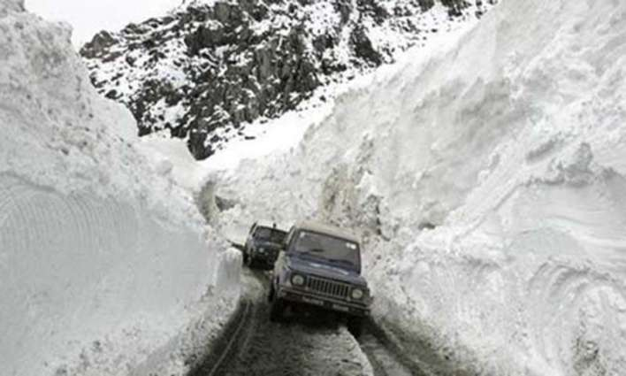 Heavy snowfall in upper parts, closure of Babusar road