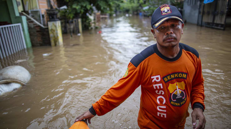 Flood and land sliding in Indonesia, 21 casualties, thousands affected.
